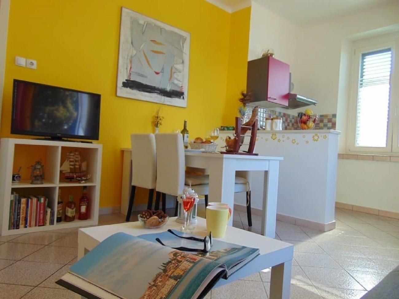 Apartamente Apartment Rajka - 20 m from beach: Rajka Koromacno, Istria 52340, Koromacno, , Regiunea Istria