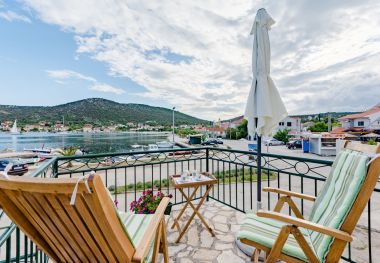 Holiday home Dinko - 20 m from sea: H(4+1) Vinisce - Riviera Trogir  - Croatia